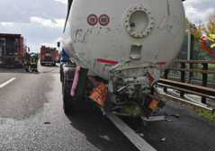 Incidente A22 tra due camion: uno ..