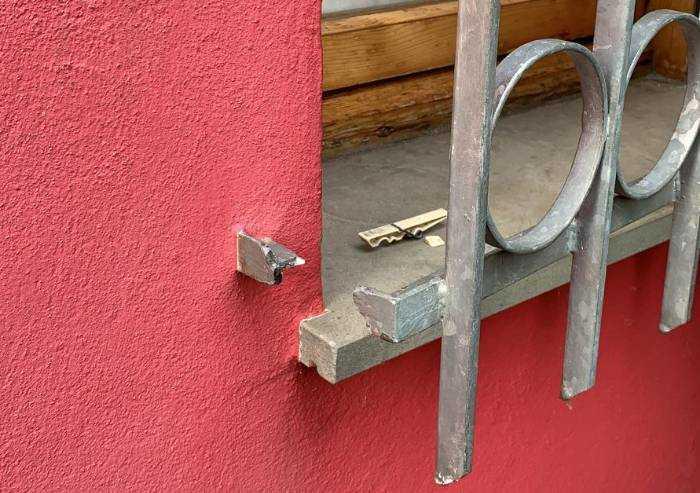 Inferriate tagliate e casa svaligiata: a Vaciglio torna la paura