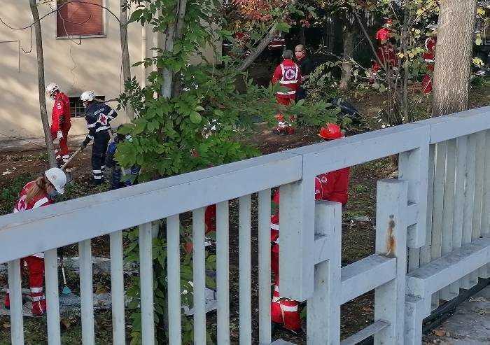 Task force Croce Rossa in azione, ma nessuna emergenza sanitaria: obiettivo, pulizia di un cortile privato
