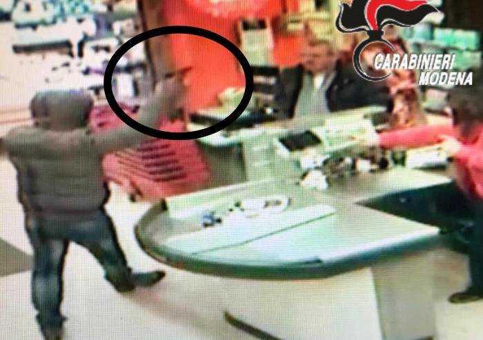 Carpi, rapina a mano armata in un market: arrestato 40enne napoletano