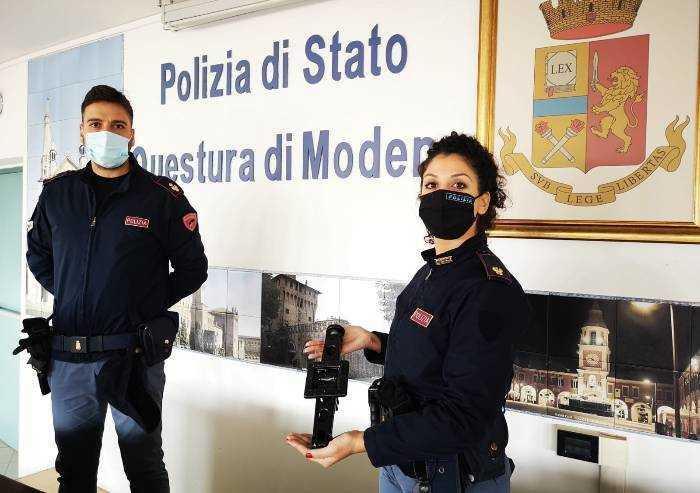 Modena: rapina negozio armato di crick, arrestato nella notte