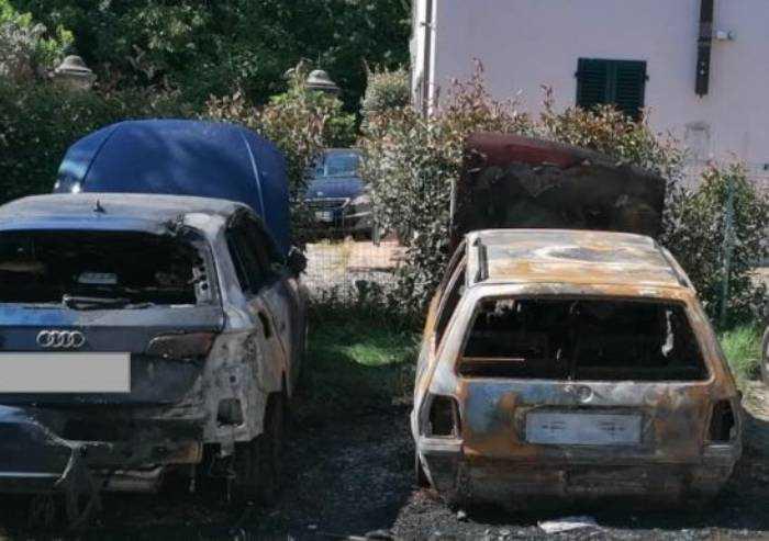 Appicca un incendio alle auto dei propri vicini: albanese arrestato