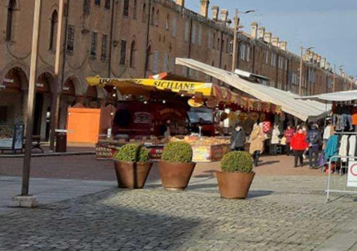 Covid, a Carpi il mercato di piazza Martiri non chiude