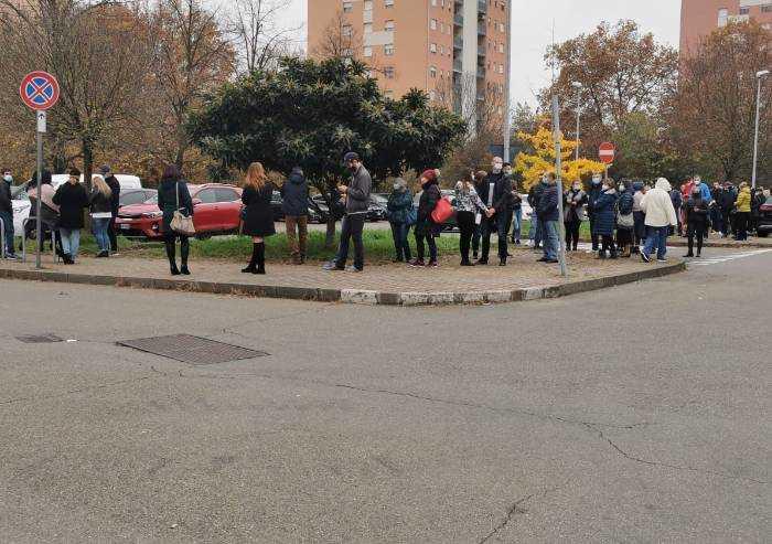 Modena, voto Moldavia: fila senza fine in via Viterbo nonostante Covid