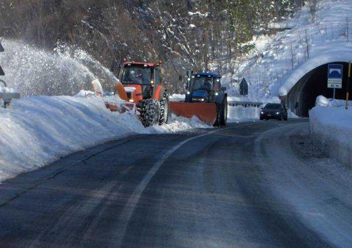 Neve in Appennino, mezzi spartineve in azione