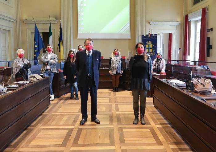 Modena, in giunta con le mascherine rosse contro la violenza