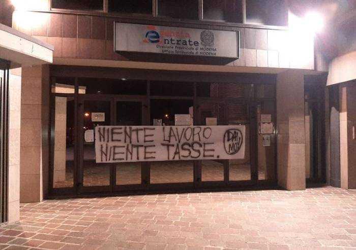 'Niente lavoro, niente tasse': protesta davanti all'Agenzia Entrate