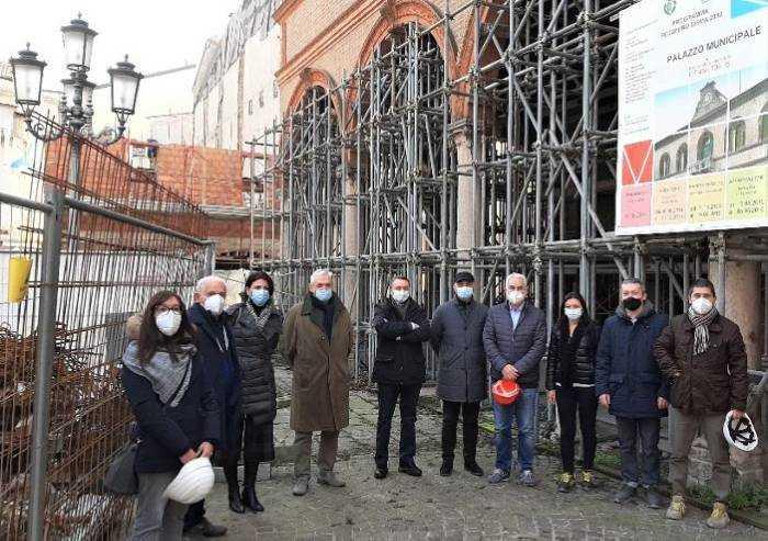 Mirandola, al via i lavori di restauro del Municipio piegato dal sisma