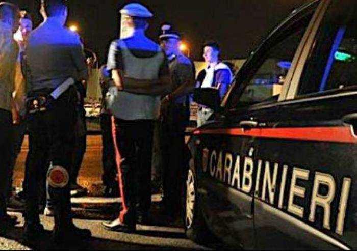 Ubriaco steso a terra, aggredisce Carabinieri che lo soccorrono
