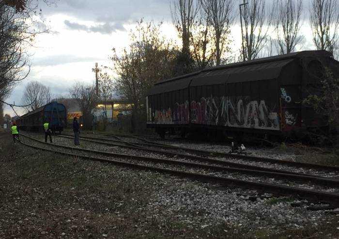 Modena Nord, il treno sbaglia binari e urta il palazzo delle Poste
