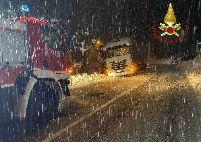 Sestola: camion fuori strada per neve, 60 cm al Passo delle Radici