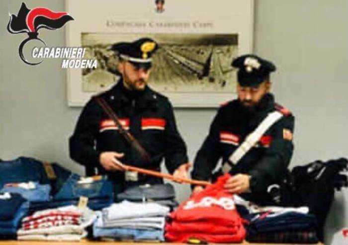 Carpi: rubano abbigliamento al Borgogioioso, 2 arresti
