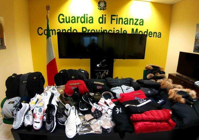 Finanza Modena, maxi sequestro di capi di abbigliamento contraffatti