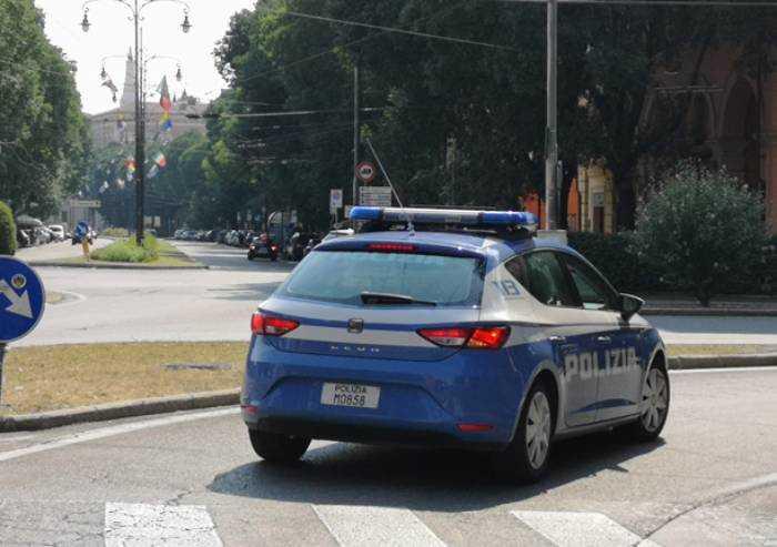 Modena, cliente non paga: tre spacciatori lo massacrano a bottigliate