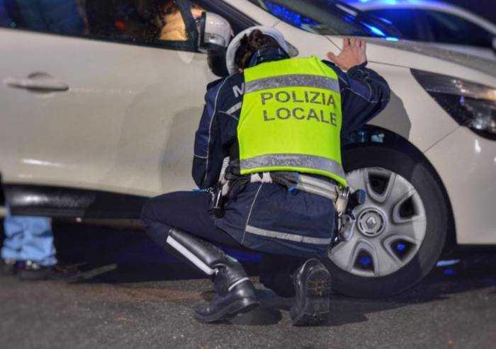 Modena, agenti intervengono per una festa privata. Giovane spacca finestrino auto polizia locale