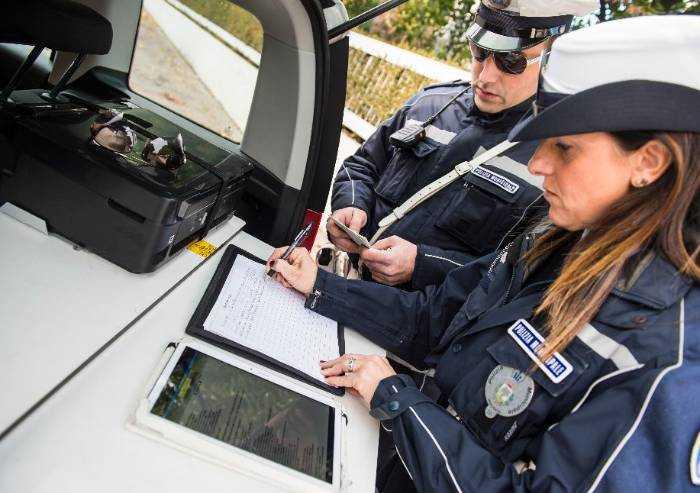 Maranello, mendicante molesto strattona due agenti: denunciato