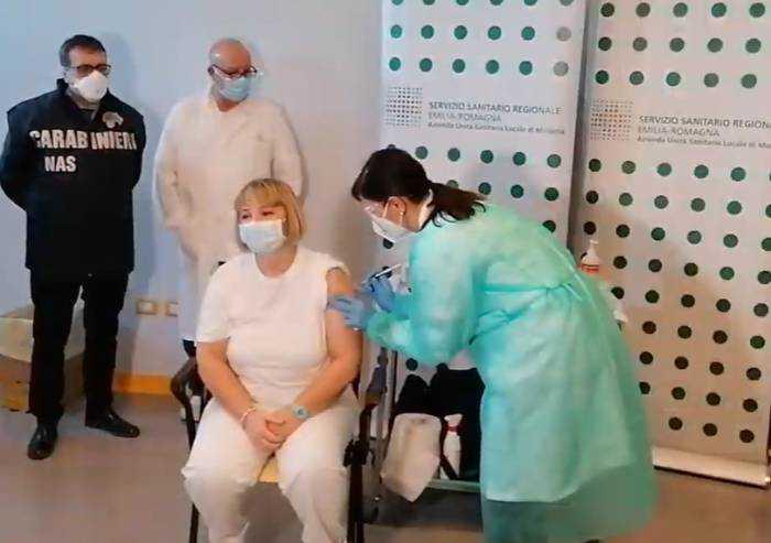Vaccino Covid, Alda Reggiani è la prima vaccinata a Modena