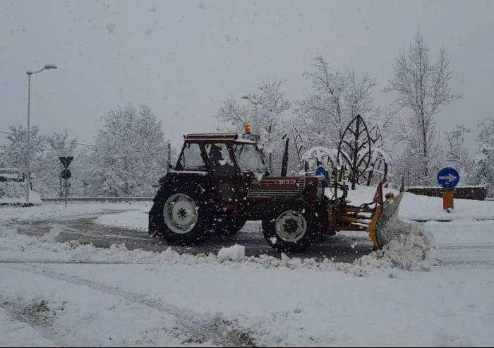 Frassinoro, altri 40 centimetri di neve: mezzi al lavoro