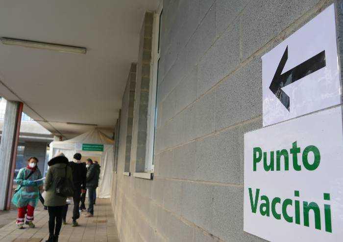 'Dosi vaccino 'avanzate' somministrate ai parenti: scandalo modenese'
