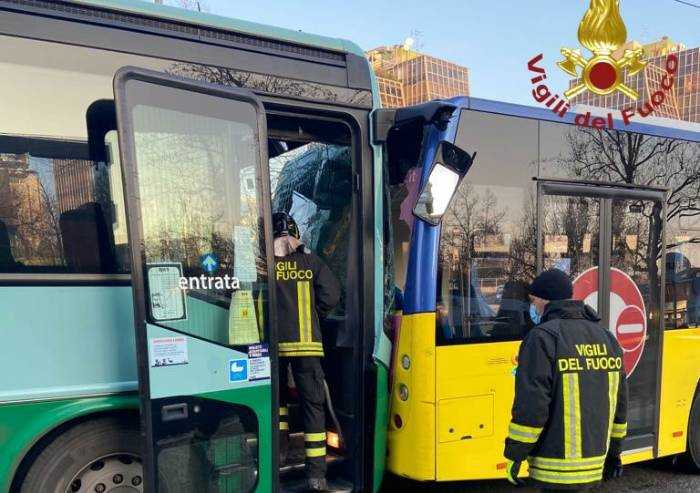 Modena, tamponamento tra due bus sulla via Giardini