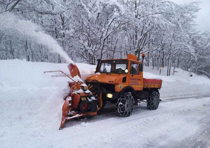 Modena, neve anche in collina: mezzi al lavoro