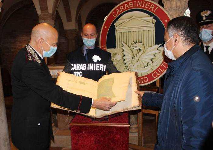 Nonantola, carabinieri restituiscono all'Abbazia manoscritto del '600