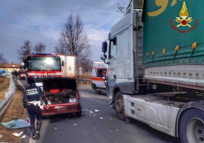 Auto si scontra con un camion: ferita una donna