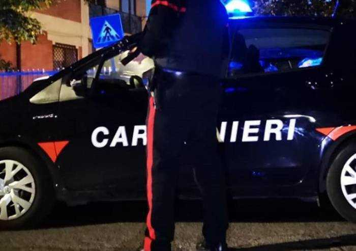 Carpi: i carabinieri gli chiedono patente e libretto, lui consegna la droga
