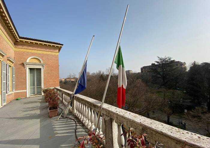 Provincia e comuni: bandiere a mezz'asta per gli italiani uccisi