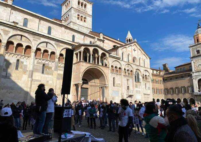 Modena, la rabbia dei ristoratori 'Io apro': 500 persone in piazza
