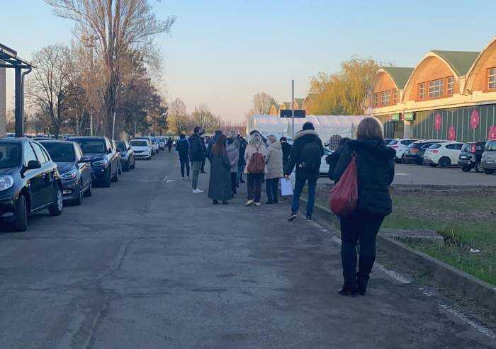 Vaccinazioni Modena, due ore in fila davanti all'ex Aeronautica