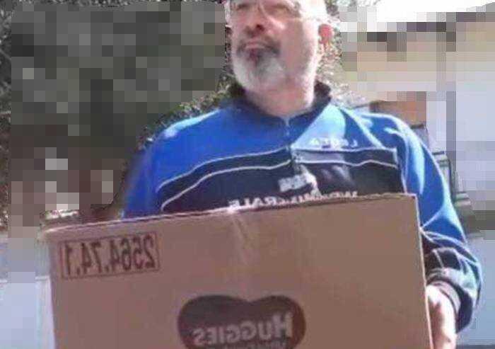 Sui social la consegna del pacco di pannolini sporchi a Bonaccini