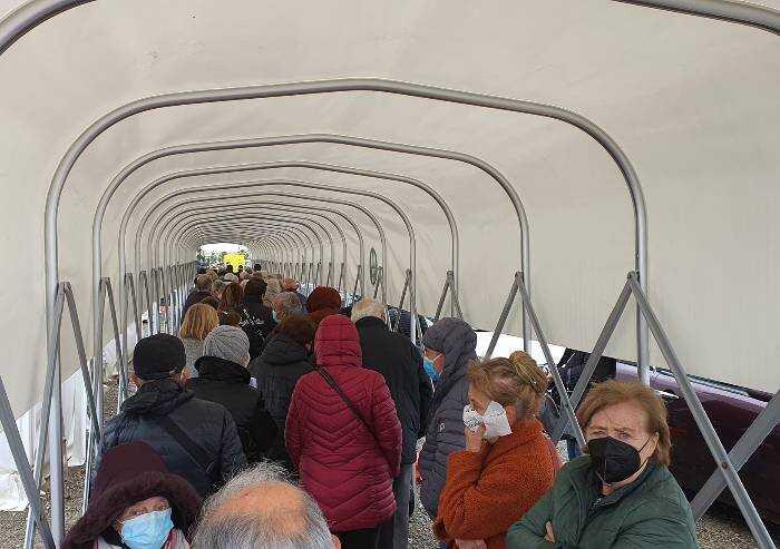 Vaccinazioni Fiorano, Sassuolo, Maranello: fila senza fine di anziani