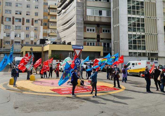 Operatori sanitari in piazza: 'No alla riduzione degli stipendi'