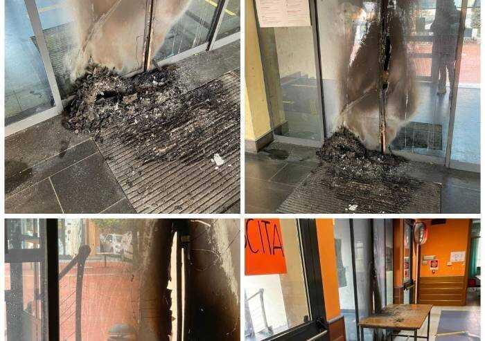 Vandali nella notte, incendio all'ingresso della sede del quartiere 1