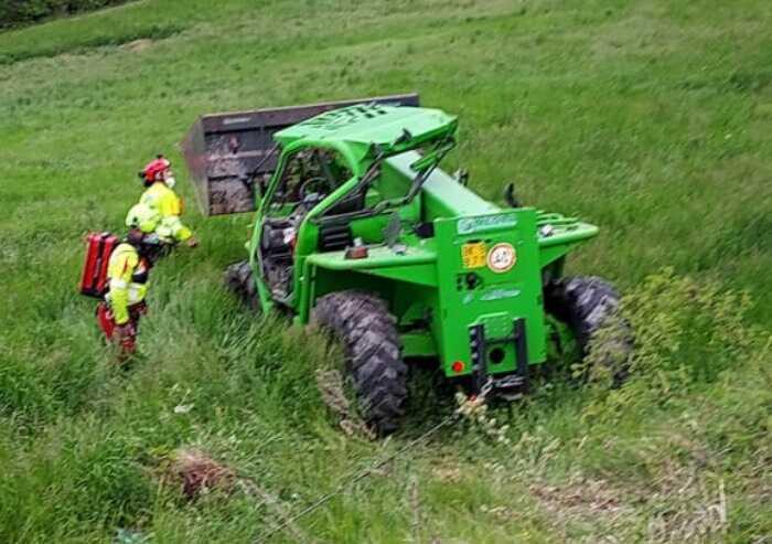 Pavullo, trattore si ribalta: agricoltore muore schiacciato