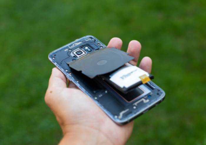 Dalle batterie usate di smartphone si ricavano smalti per piastrelle