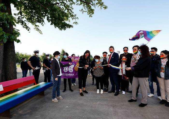 Modena, panchine arcobaleno al Novi Sad contro l'omofobia