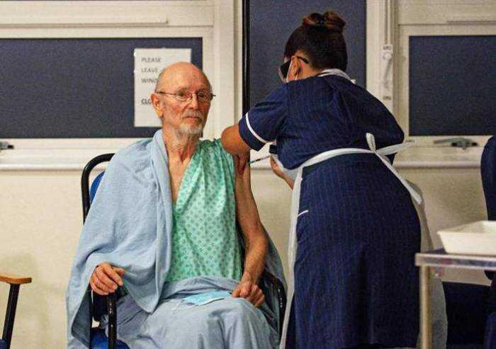 E' morto a 81 anni il primo uomo vaccinato col siero Pfizer
