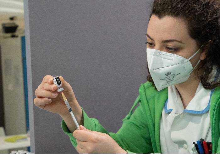 Modena, fascia d'età 40-49 anni: 56% già entrato nel ciclo vaccinale