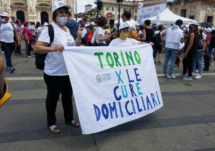 Milano, in migliaia insieme a medici che applicano terapie domiciliari