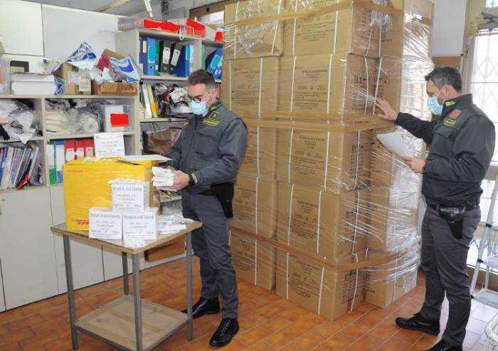 Mirandola, camici medici contraffatti: sequestro da un milione