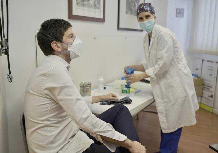 E dopo il rimprovero di Bassetti, il ministro Speranza si vaccina