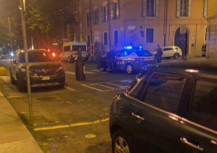 Modena, follia in centro, giovane tira sassi e bidoni contro auto: fermato