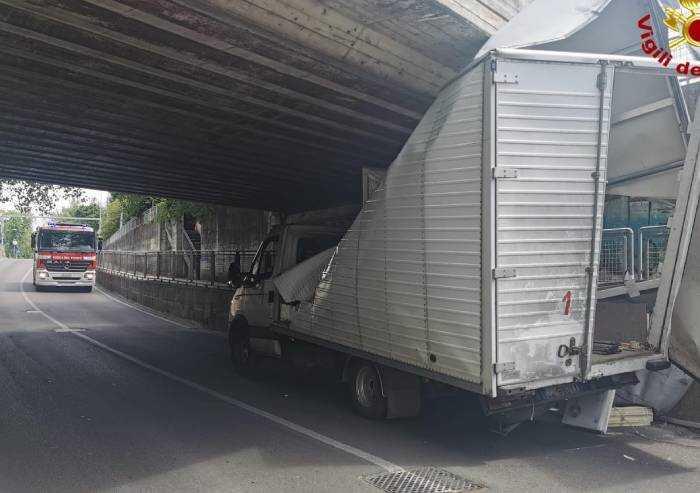 Carpi, autocarro resta incastrato nel sottopasso Pezzana