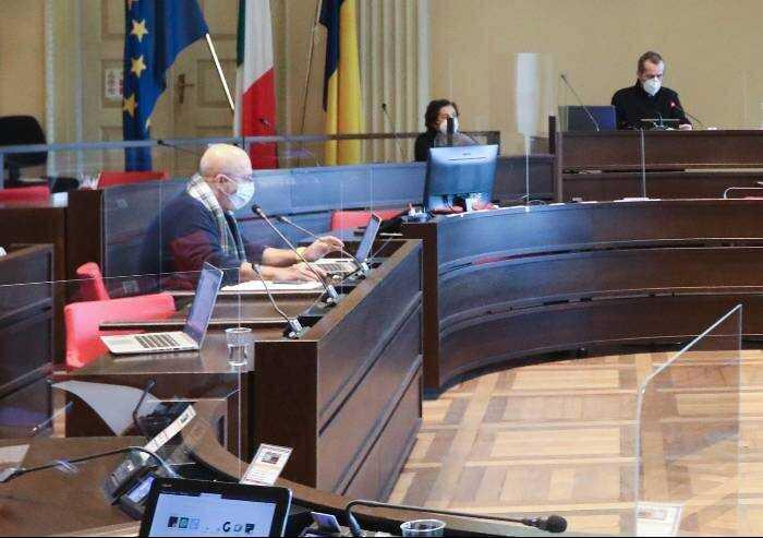 Blitz in Consiglio a Modena, obbligo di firma per il no mask