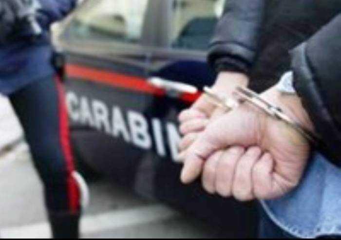Con forbici aggredisce uomo per rapina e poi i Carabinieri: arrestato