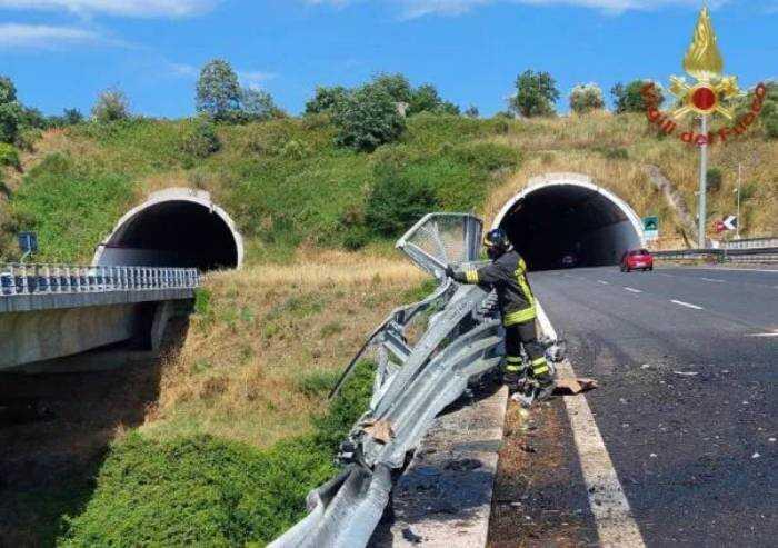 Camion precipita da un viadotto sull'A2: due morti