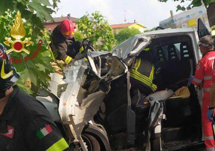 Concordia e Novi: albero cade su furgone e vetrine rotte, tre feriti