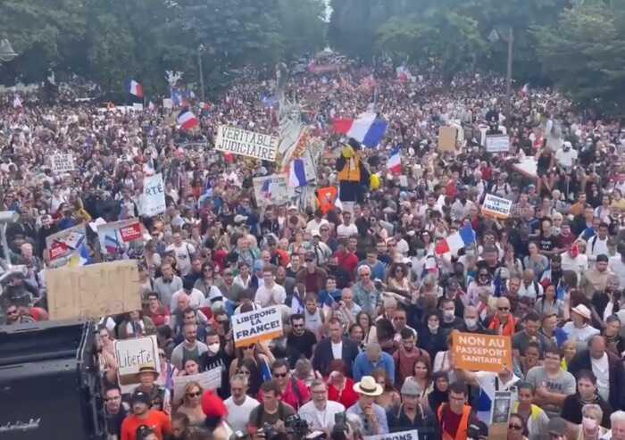 Francia, una marea in piazza contro il passaporto vaccinale
